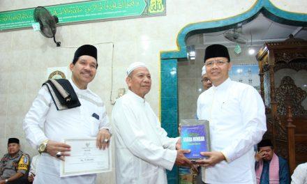 Gubernur Serahkan Bantuan Masjid Akbar 75 Juta